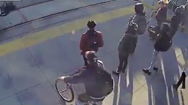 Dem Zug entkommen: Passant rettet blinden Mann