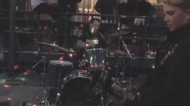 Cooler Cop: Polizist spielt Schlagzeug