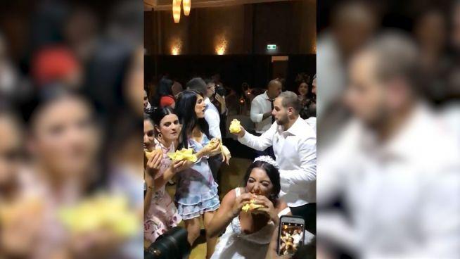 Zugelangt: Hochzeitspaar bestellt 300 Cheeseburger