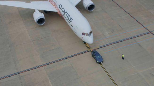 Tesla versus Qantas: Elektroauto zieht Flugzeug