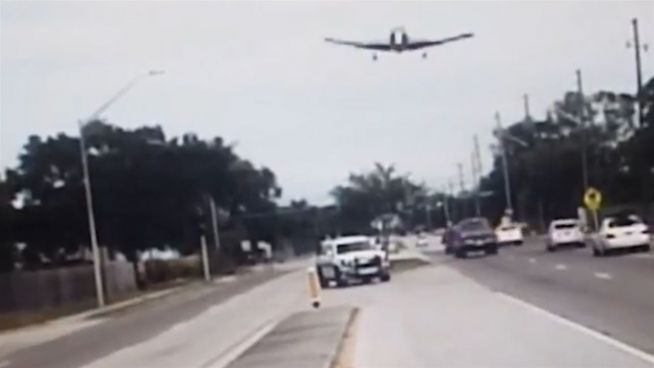 Krasser Absturz: Flugzeug crasht in Straße