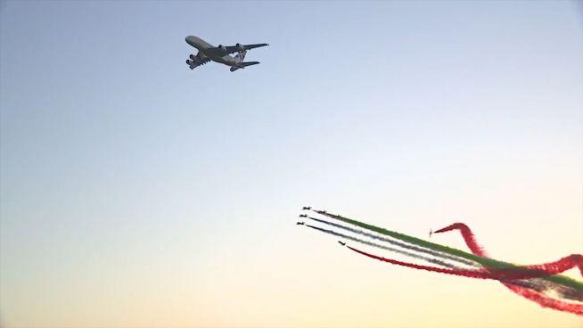 Bunte Flugshow: Kunst im Himmel über Abu Dhabi