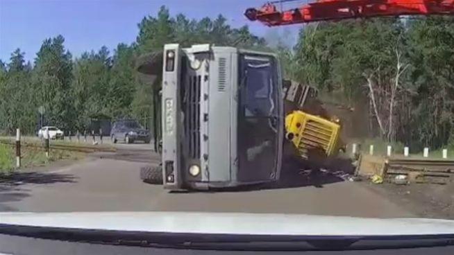 Dummheit wird bestraft: Lkw-Fahrer verschätzt sich