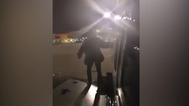Ausstieg verwehrt: Mann öffnet Notausgang von Flugzeug