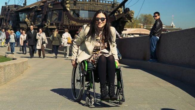 Freiheit statt Fesseln: Bloggerin über ihr Leben im Rollstuhl