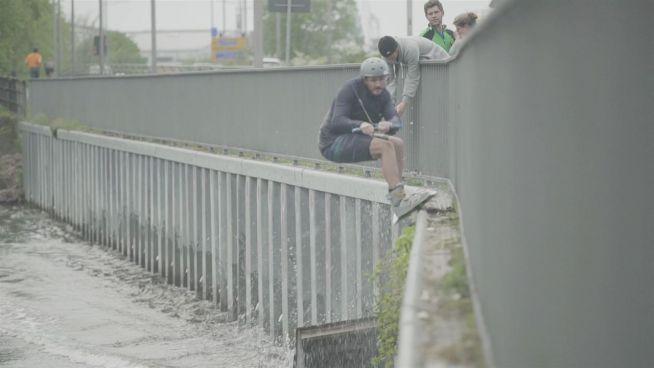Stunts im Stadtgraben: Wakeboarder erobern Städte