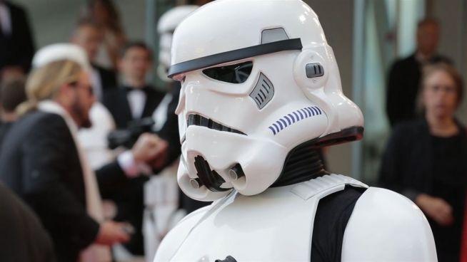 Stormtrooper bewachen roten Teppich: Chewbacca und Co. in Cannes