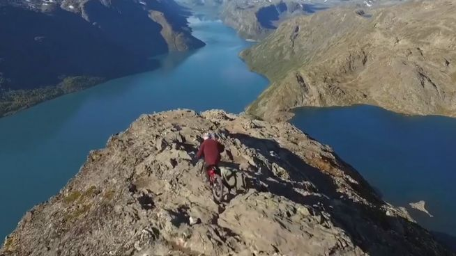Statt Kreuzfahrt: Mountainbiker jagt Fjord hinunter