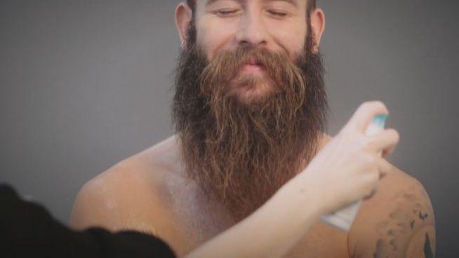 So trägt Man(n) Pelz: Marco Sailer posiert für PETA